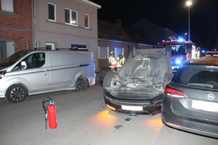 De Ford Transit van een buurtbewoner en twee Opels raakten beschadigd.