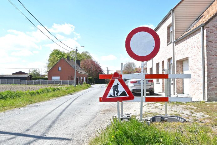 In de Wallemolenstraat wordt de asfaltverharding van de rijbaan vernieuwd