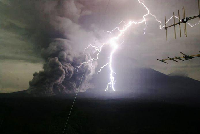 De vulkaan Semeru spuwt gas en vulkanisch materiaal uit en jaagt honderden Javanen hun huis uit.