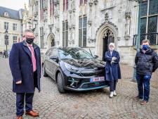 """Burgemeester rijdt voortaan met elektrische wagen door Brugge: """"Oude Mercedes had 300.000 kilometer op de teller"""""""
