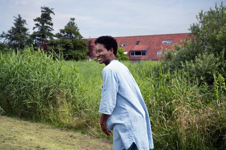Journalist en presentator Milouska Meulens gaat terug naar het huis in Lelystad waar ze in haar jeugd twee jaar woonde. 'Ik was bang dat ik mij niks zou herinneren.' Beeld Els Zweerink