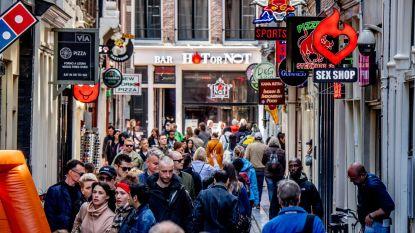 Niet langer 'koekeloeren bij de hoeren': Amsterdam maakt eind aan rondleidingen langs ramen op de Wallen