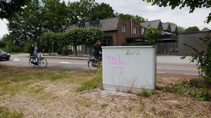 """Prins Hendrikstraat. Paul Jongsma: ,,Een snelle tag zetten en hup weer weg. Zo is graffiti begonnen in de hiphopcultuur. De een noemt tags vandalisme, het kan ook territoriumdrift zijn. Het past wel in de graffiticultuur, maar is vanuit de kunst geredeneerd de minst interessante variant""""."""