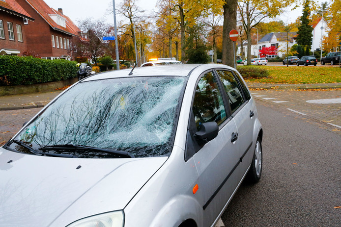 De auto na het ongeval op de Floralaan in Eindhoven.