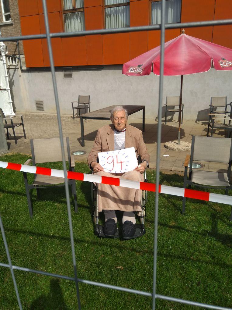 'In april werd mijn vader 94. Zijn verjaardag vierden we op de binnenkoer van het rusthuis, van elkaar gescheiden door een twee meter hoog werfhek en een rood-wit afspanningslint'. Beeld rv