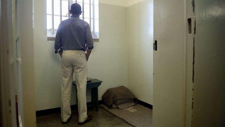 Obama bezichtigt de cel waar Nelson Mandela 18 jaar gevangen zat. Beeld anp