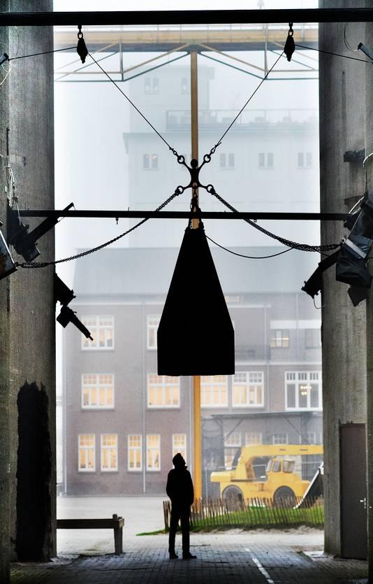 Een doorkijkje tussen de voormalige CHV-silo's op de Noordkade in Veghel.