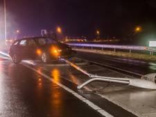 Bestuurder verliest macht over het stuur en ramt lantarenpaal