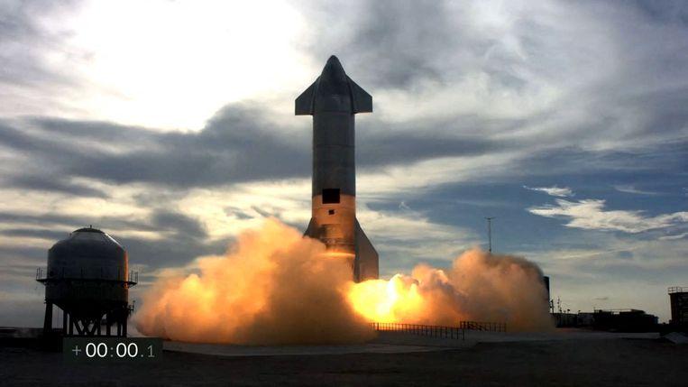 De tweede testvlucht van het Starship SN10-prototype van SpaceX  in Brownsville, Texas, 3 maart. Het prototype landde succesvol maar crashte daarna. Beeld AFP