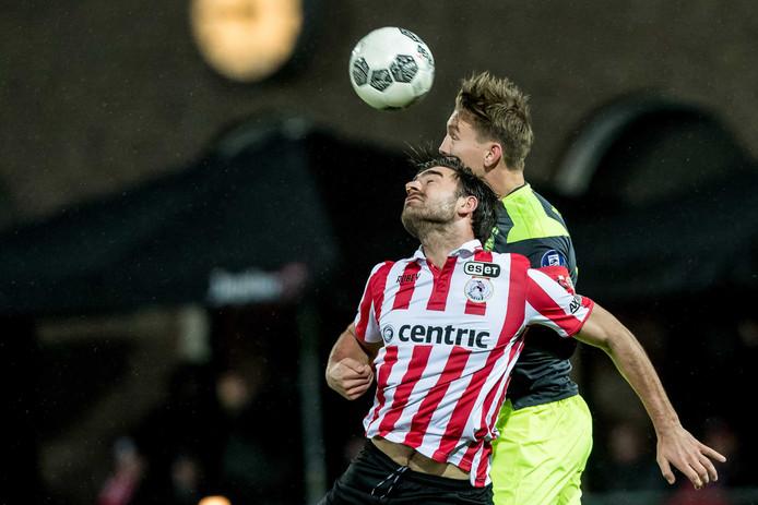 Kopduel tussen PSV speler Luuk de Jong (r) in duel met Speler van Sparta Sander Fischer (l).