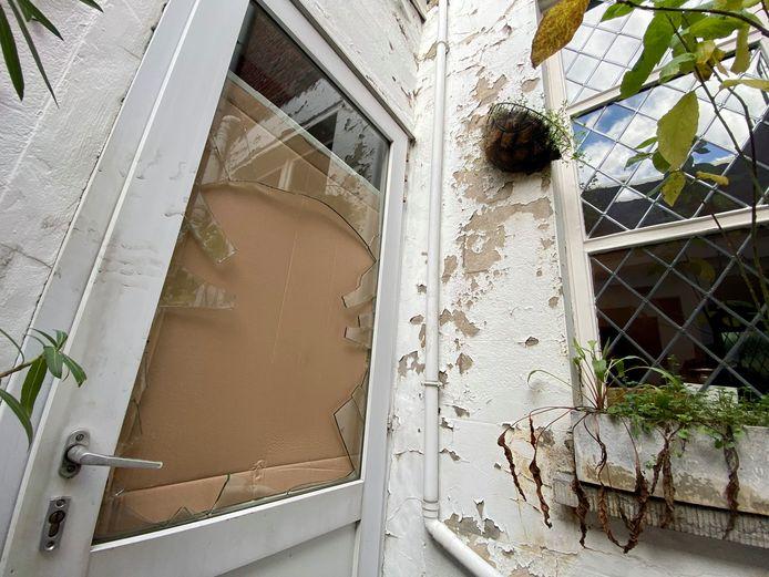 De daders sprongen door het glas van de achterdeur en sloegen vervolgens door het huis op de vlucht.
