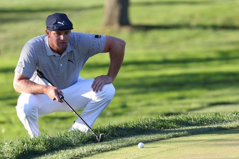Bryson DeChambeau bestudeert de zeventiende hole op de Winged Foot Golf Club in Mamaroneck, New York. Beeld AFP