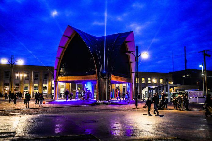 Het vreemde gebouw met gotische spitsbogen op het Stationsplein.