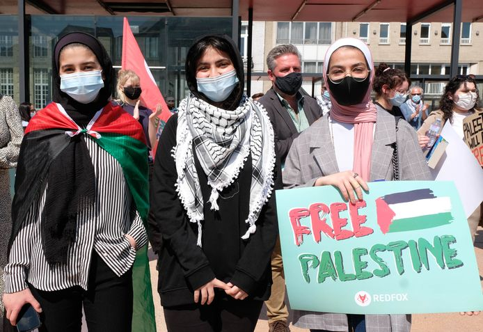 Tijdens een solidariteitsactie voor Palestina namen de zussen Saja (13), Islam (15) en Asil (17) Naji het woord.