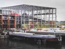 """BINNENKIJKER. Vier speelplaatsen boven elkaar en een piano als trap, bijzondere school aan Oude Dokken geopend: """"Dit gebouw kent zijn gelijke niet"""""""