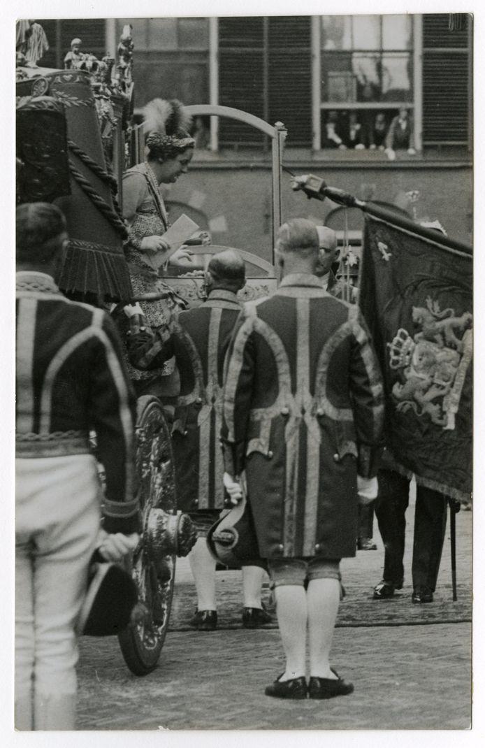 Koningin Wilhelmina stapt uit de Gouden Koets als op een gewone Prinsjesdag.