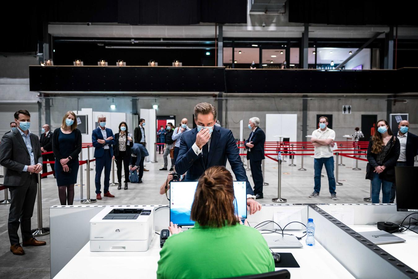 Minister van Volksgezondheid Hugo de Jonge tijdens een werkbezoek aan een vaccinatielocatie in Breda.