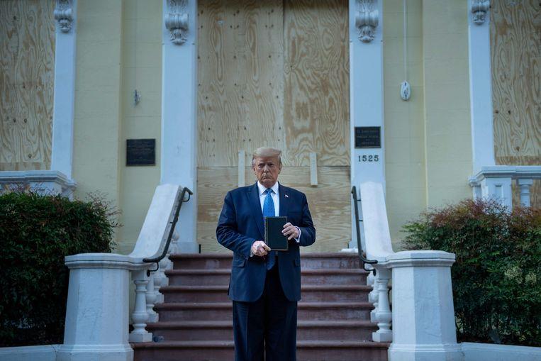 Trump met de bijbel voor de St. John's kerk dichtbij het Witte Huis, nadat demonstranten waren verjaagd.  Beeld AFP