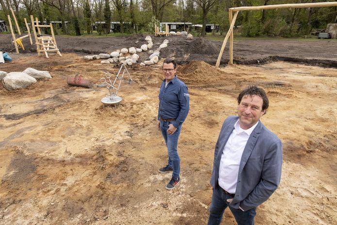 Jack ten Haaf en Remco Oostrik (links) van stichting Surplus op de plek van een gedempte vijver, waar een speeltuin wordt ingericht.