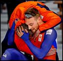 Februari 2018, Pyeongchang: Orie om de hals van Nuis, winnaar van olympisch goud op de 1000 en de 1500 meter.