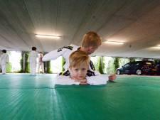 Judoles tussen de Volkswagens en Peugeots in Enschede: 'Training gaat nu altijd door'