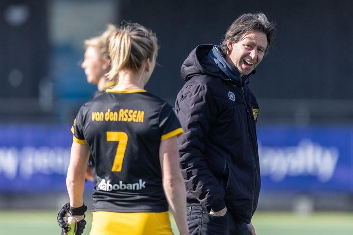 HC Den Bosch-coach Raoul Ehren en HC Den Bosch-speelster Ireen van den Assemvoor zijn blij in het met 3-0 gewonnen duel.
