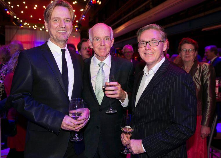 Ruud Douma (Dolly Bellefleur), oud-wethouder Geert Dales en zijn partner Rinze de Vries. 'Een uiterst succesvolle Noord/Zuidlijn, zoals ik altijd al heb gezegd.' Beeld Amaury Miller