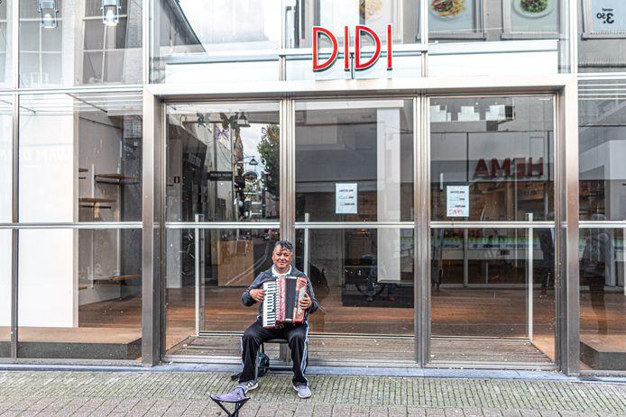 Het pand in de Diezerstraat in Zwolle waar Didi zat, staat al tijden leeg. En er komen steeds meer lege etalages bij.