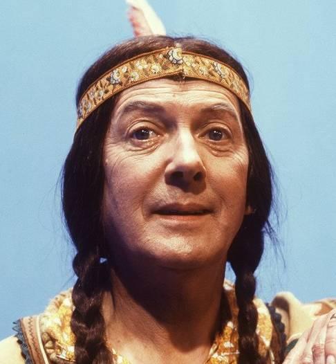 Herbert Joeks als de legendarische indiaan Klukkluk, uit de jeugdserie Pipo de Clown. Van de indianen destijds geen woord. © ANP