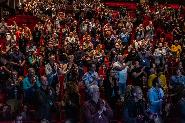 Zo'n vijfhonderd mensen verzamelden zich in het Beatrix Theater in Utrecht om weer een middag ouderwets te lachen. Beeld Joris van Gennip