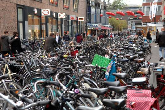 Op een mooie winkeldag past er geen fiets meer bij in de zijstraten van de Grote Marktstraat.