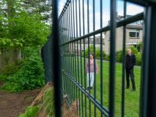 Hekwerk rond bos naast Augustinusschool in Ermelo roept wrevel op bij buurt: 'Dit bos is openbaar groen, wij willen er kunnen lopen'