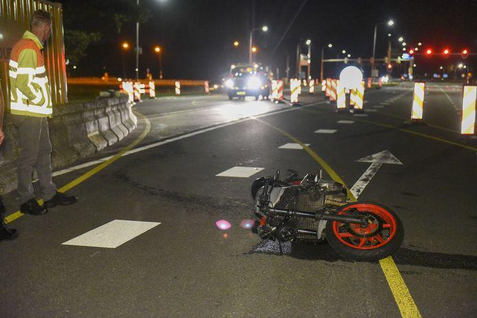 De man kwam hard op het wegdek terecht, terwijl zijn motor iets verderop lag.