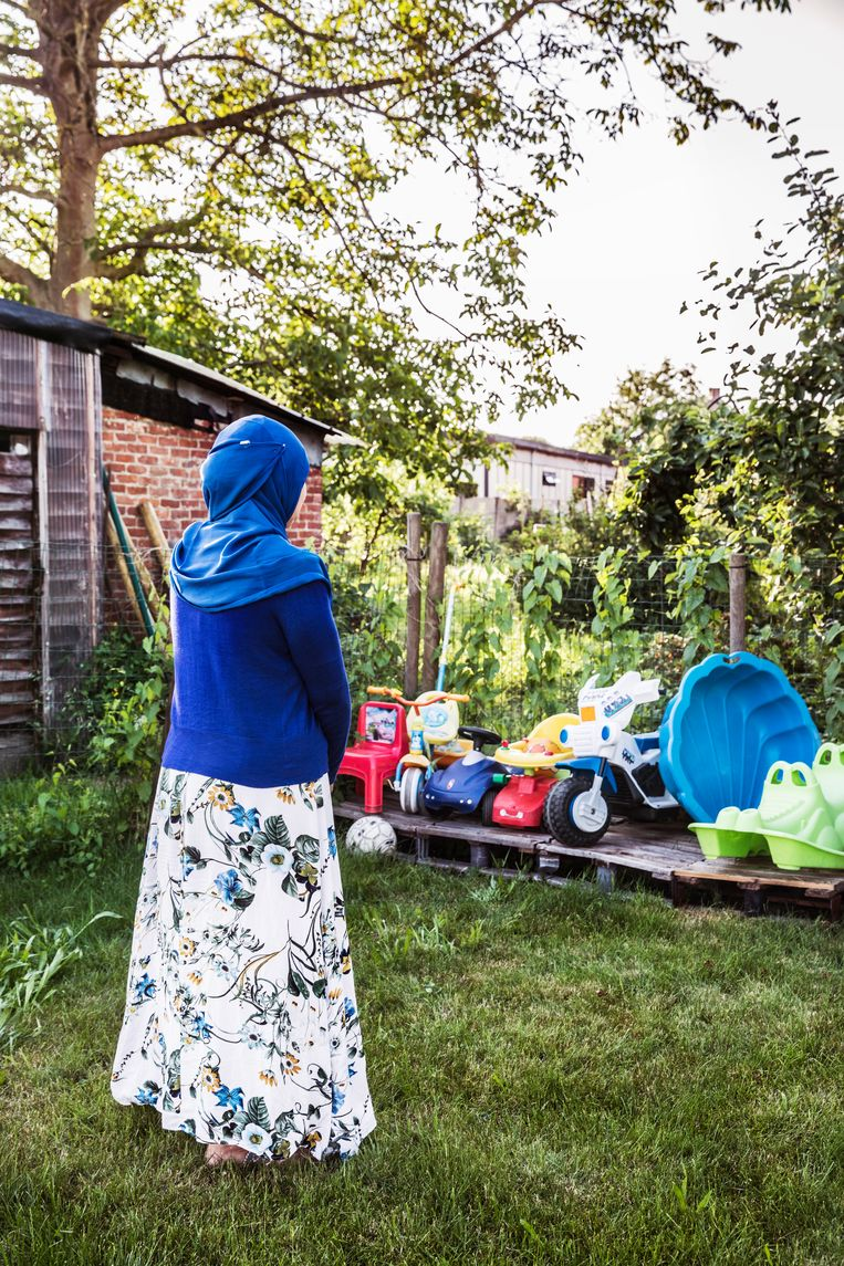 Fatiha, moeder en schoonmoeder van twee IS-weduwes, en grootmoeder van zes van de kinderen in Koerdische kampen.  Beeld Aurélie Geurts