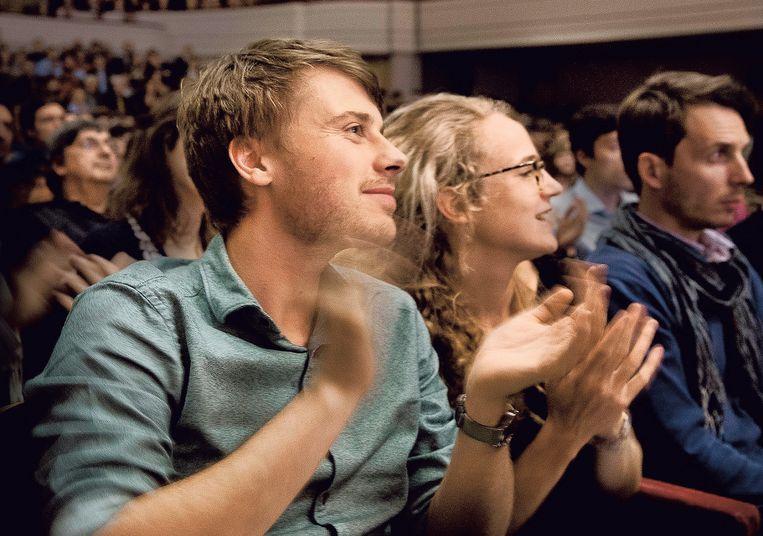 Het publiek in de Henry Le Boeuf-zaal hangt aan de lippen van de econoom. Beeld Eric de Mildt