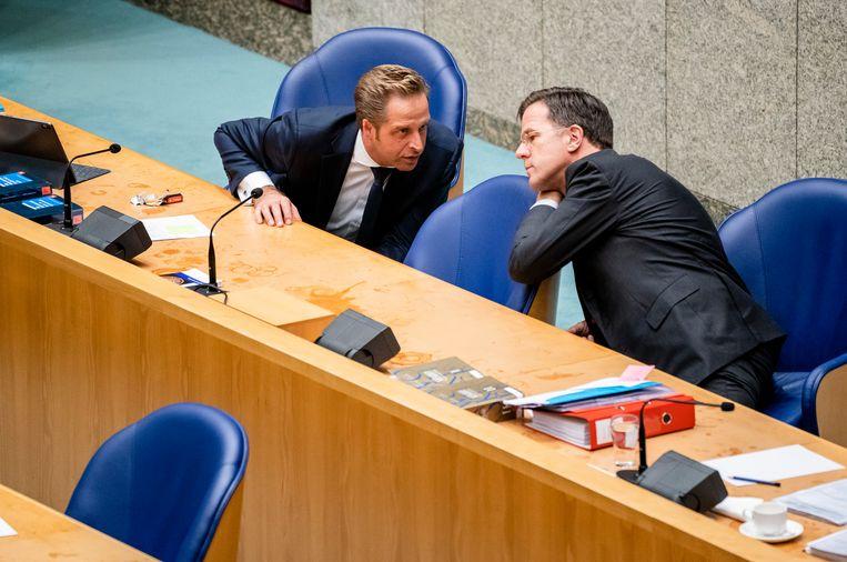 Hugo de Jonge (links) en Mark Rutte willen strengere maatregelen maar een deel van het kabinet is het hier niet mee eens. Beeld Hollandse Hoogte/ANP