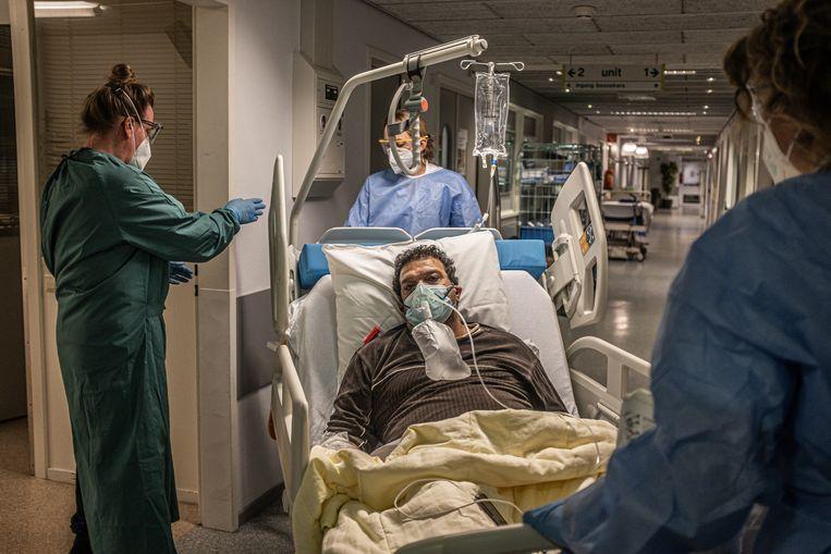 Een IC-patiënt van het Noordwest Ziekenhuisgroep in Alkmaar. Beeld Joris van Gennip