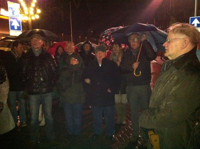 Op verschillende plekken zong de Nachtwacht het lied 'Komt burgers komt nu allen terstond'. Foto: Alphons Weierink