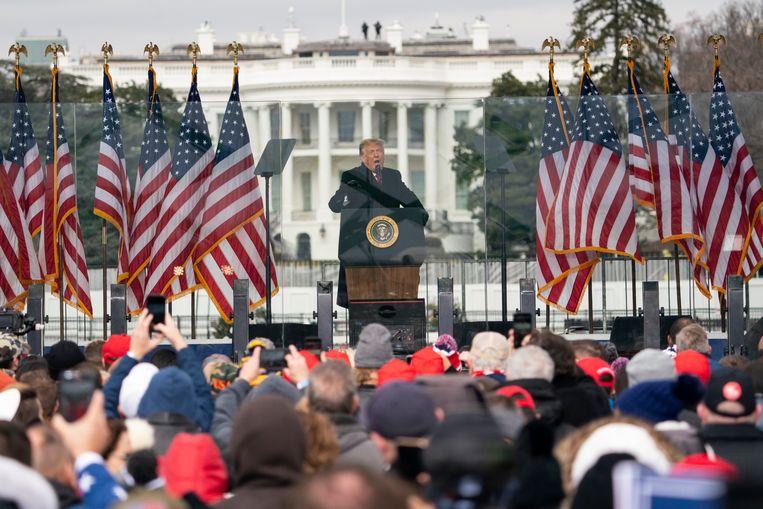 Voor het Witte Huis spreekt president Trump spreekt woensdag, een paar uur voor de bestorming van het Capitool, aanhangers toe. Beeld AP