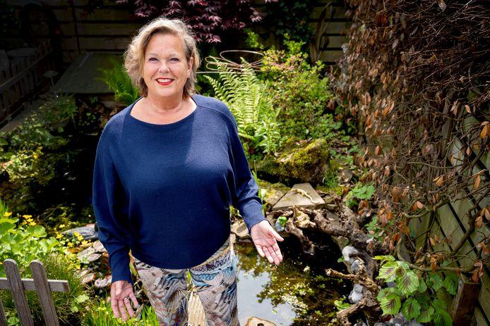 Karin van Hoven voor de vijver en helaas met lege handen.