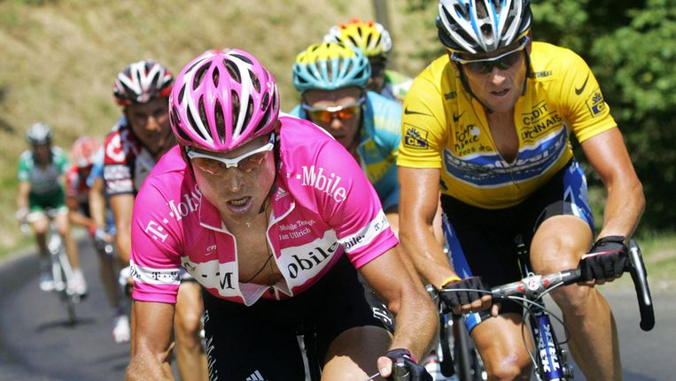 In 2000, 2001 en 2003 was Jan Ullrich (links) de nummer 2 achter Lance Armstrong (in het geel). Beeld ANP