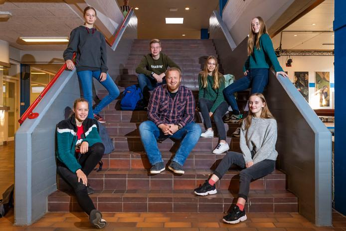 Docent Engels en coördinator Tweetalig Onderwijs op het Jeroen Bosch College (JBC) Jeroen van Hilten  omringd door leerlingen Meike de Graauw, Sophie Eijkhout, Bas van Riel, Alicia Peijnenburg, Hanna de Jong en Veerle de Jong (vlnr).