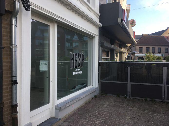 De winkel naast café Barrage is nog niet geopend.