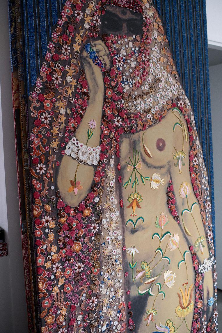 On victorian and oriental women, 2009. Geprint denim, 'beschilderd' met uitgeknipt borduurwerk, 2,62 bij 1,30 meter. Beeld Liselore Chevalier