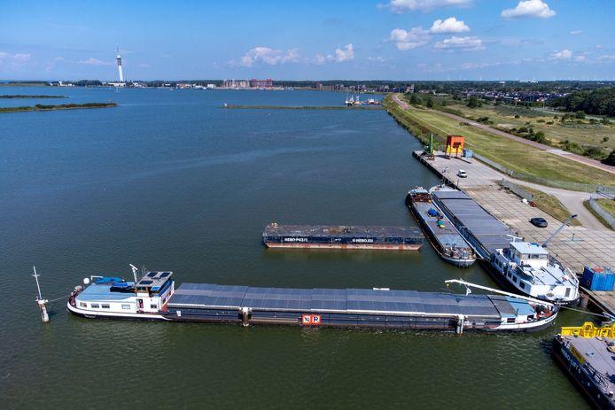 Op deze plek aan de Oostvaardersdijk in Lelystad, waar de afgelopen weken drie 'gifschepen' lagen, is plek voor zo'n 6.000 woningen, menen hoogleraar en ruimtelijk adviseur Friso de Zeeuw en architect Sjoerd Soeters.