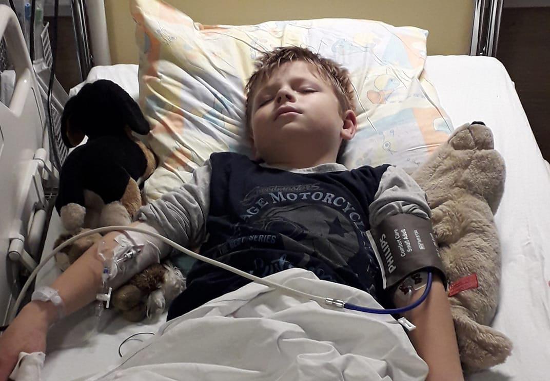 Damien Collin in het ziekenhuis.