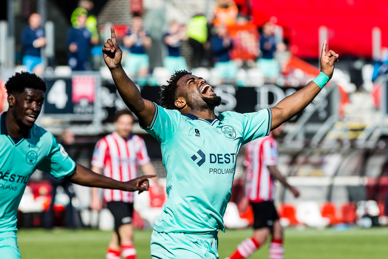 Ché Nunnely viert de 0-1 van Willem II op het Kasteel.