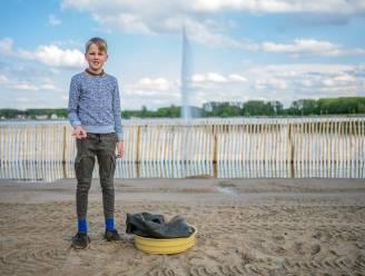 """Samuel (12) vindt tand van prehistorische witte haai aan strand aan Nieuwdonk: """"Dier zwom hier tussen de 56 en 34 miljoen jaar geleden rond"""""""