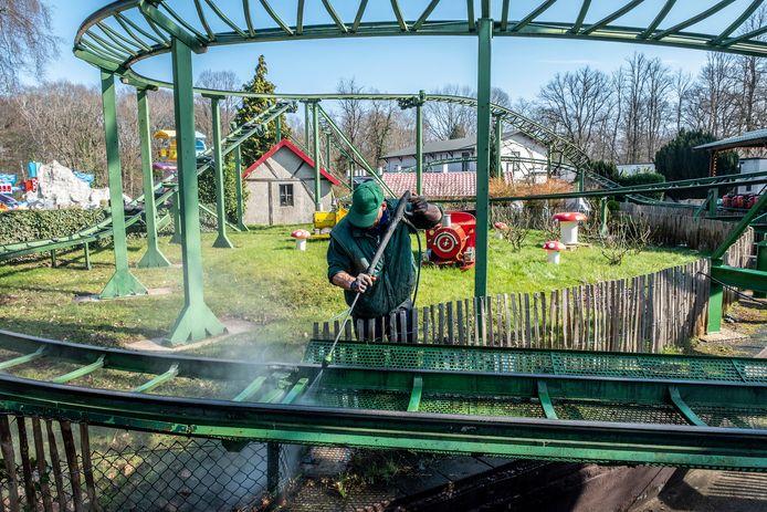 In amusementspark Tivoli in Berg en Dal is men druk bezig voor als men weer open kan. Alle attracties worden helemaal  gecontroleerd en gerepareerd indien nodig. Ook wordt het park helemaal schoon gemaakt.