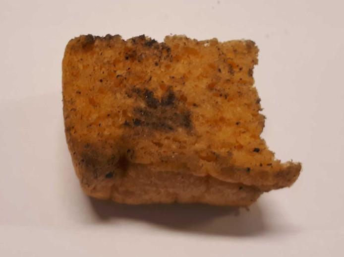 Stuk gebakken spons gevonden op fietspad in Uden.